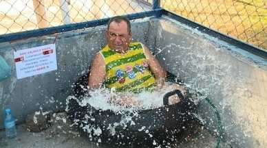 Torcedor protesta contra jogo às 15h45 e usa banheira em estádio - Torcedor protesta contra jogo às 15h45 e usa banheira em estádio