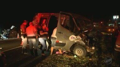 Van com passageiros de Jaboticabal e Sertãozinho se envolve em acidente - Uma médica morreu e outras sete pessoas ficaram feridas.
