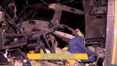 Assalto a três ônibus deixa feridos na BR-376, em Tijucas do Sul - Os bandidos bloquearam a rodovia e assaltaram passageiros que saíram de Santa Catarina para fazer compras em São Paulo.