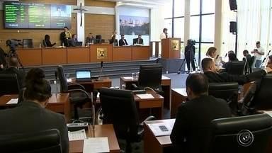 Vereadores tomam posse em sessão na Câmara Municipal de Sorocaba - A sessão realizada na Câmara de Sorocaba (SP) nesta quinta-feira (31) teve mudança de dois vereadores e um novo líder do governo de Jaqueline Coutinho no legislativo.