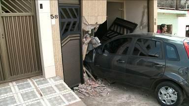 Carro invadiu uma casa, nesta quinta-feira (31), na Vila Bacanga, em São Luís - Carro invadiu uma casa, nesta quinta-feira (31), na Vila Bacanga, em São Luís. O acidente causou danos materiais.