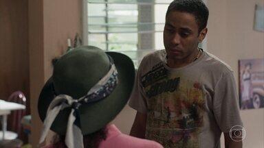 Dílson diz a Madalena que o vizinho viu a casa deles ser invadida - Madalena se assusta com a notícia. Dílson fica aliviado ao ver que a mãe está bem e a casa está em perfeito estado