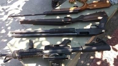 Fuzil AR-15 é aprendido e traficantes que vendiam drogas na beira da estrada são presos - A polícia informou que os clientes dos traficantes eram caminhoneiros. Operação acontece na manhã desta quinta-feira (31).