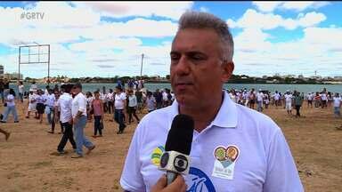 Centenas de pessoas se reuniram para pedir socorro para o Rio São Francisco - Houve um abraço simbólico no rio