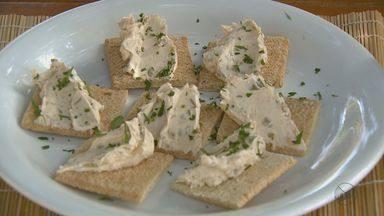 """Fernando Kassab ensina receita de patê de cream cheese e azeitonas - Nesta semana, """"Prato Feito"""" apresentará receitas com queijo."""