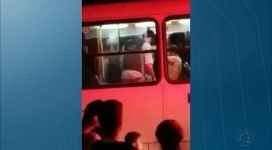 Jovem é atingido por bala perdida dentro de um ônibus em João Pessoa - O ônibus da linha 002 seguia pelo Baixo Róger quando alguém, da rua, atirou várias vezes em direção ao veículo.