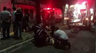 Três pessoas feridas em acidente com uma moto em João Pessoa - A moto bateu em um poste.