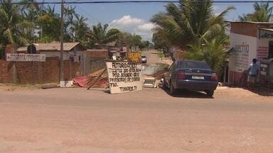 Em Macapá, moradores fecham rua depois de 2 anos de problemas com água acumulada - Moradores da Avenida Inspetor Orlando Dias, no bairro Zerão, dizem que a água da chuva se acumula e invade as casas. O problema foi enviado pelo aplicativo Tô na Rede.