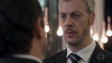Douglas desconfia do envolvimento de Malagueta no roubo - O gerente geral do Carioca Palace questiona o ex-concierge. Malagueta usa seu poder de sedução para evitar a conversa