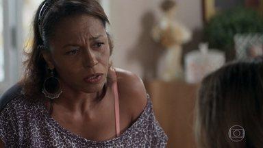 Dulcina pergunta se Sandra Helena também está envolvida no roubo - Sandra Helena diz à mãe que pretende pagar a fiança de Agnaldo e a costureira estranha o comportamento da filha
