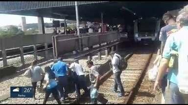 Linha Vermelha do metrô apresenta problemas - De manha cedo, a linha apresentou uma falha em um equipamento. OS passageiros reclamaram dos transtornos.