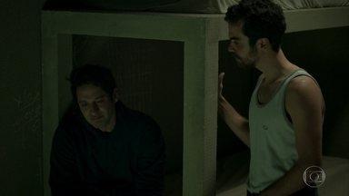 Wanderley diz a Agnaldo que vai se safar da cadeia - Agnaldo se surpreende ao saber que Eric está pagando o advogado do irmão