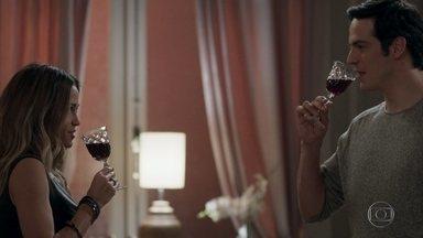 Eric seduz Sandra Helena para conseguir informações sobre o roubo - Sandra Helena acaba falando de Malagueta