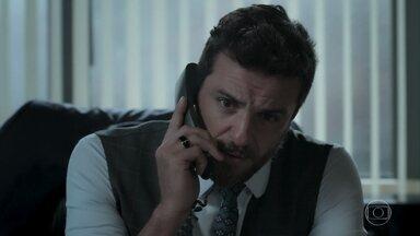 Caio desconfia quando Aurora conta que Bibi sabe de seu namoro com Jeiza - A policial fica incomodada após ver Zeca com Carla