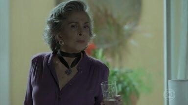 Elvira se oferece para cuidar de Dedé - Esposa de Garcia diz que pode passar a noite na casa de Aurora