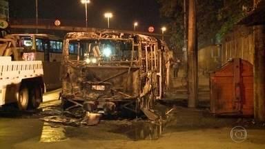 Ônibus são incendiados na Avenida Brasil - Ataques seriam retaliação a morte de traficante na comunidade do Caju, na Zona Portuária do Rio. Motorista ficou ferido.