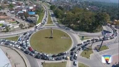 Estradas registram lentidão na volta do feriado prolongado - Viagem na Oswaldo Cruz chegou a levar cerca de 4h.
