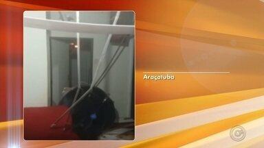 Caixa d'água desaba dentro de casa em Araçatuba - A caixa d'água de uma casa do conjunto habitacional Porto Real II, entregue me abril, em Araçatuba (SP), desabou na sala do imóvel na manhã deste domingo (10). Segundo os bombeiros, a moradora acordou com o barulho, pegou os dois filhos pequenos e saiu para pedir ajuda. Com a queda, todo o forro da residência ficou comprometido e alguns móveis molhados. Apesar do susto, ninguém se feriu.