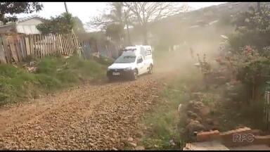 Uma ambulância derrapa em estrada, por causa das más condições da via - O caso ocorreu em Guarapuava. A ambulância levava uma idosa para uma consulta.