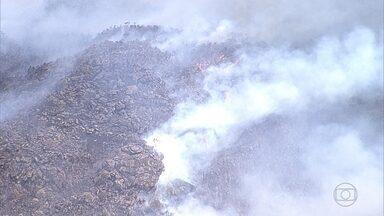 Bombeiros combatem incêndio na Serra de Ouro Branco, na Região Central de Minas - Fogo atinge vegetação desde a última quinta-feira.