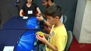 Competição de cubo mágico agita Unesp em Rio Preto - Uma competição um tanto diferente movimentou a Unesp de Rio Preto (SP) no fim de semana. Foi o Campeonato do Cubo Mágico.