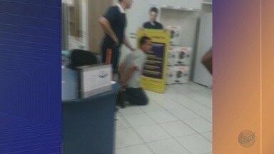 Cliente segura suspeito de roubo em loja de Sertãozinho, SP - Tentativa de roubo aconteceu no Centro da cidade.