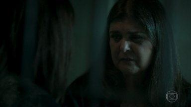 Aurora questiona a filha sobre suas escolhas - Bibi garante para a mãe que não será levada para o presídio