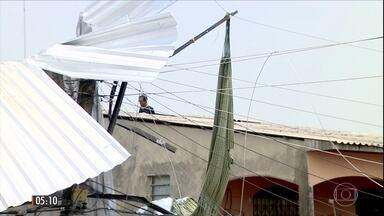 Rajada de vento arremessa criança de três anos para fora de casa no AM - A menina que estava deitada na rede foi lançada para o poste do outro da rua em Manaus.