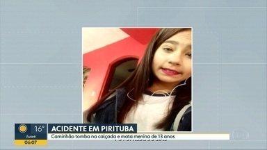 Caminhão tomba na calçada e mata menina na Zona Norte de SP - Estudante Júlia Maria Firmino, de 13 anos, que esperava para atravessar na faixa de pedestres, morreu no local. Outras duas jovens foram atingidas e ficaram feridas.