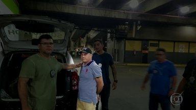 Homem é preso em avião por suspeita de homicídio, no Galeão - Daniel Rodrigues Paiva, conhecido como Russo, é suspeito de matar, a facadas, Luiz Cláudio Santos da Conceição, em Guaratiba, no sábado (9). Polícia diz que ele tentava fugir para Fortaleza no momento da prisão.
