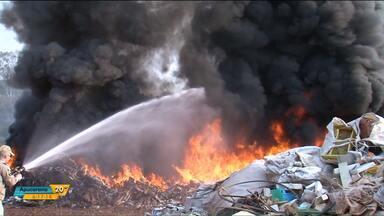 Empresa de materiais recicláveis pega fogo, em Francisco Beltrão - O incêndio assustou os moradores da cidade.