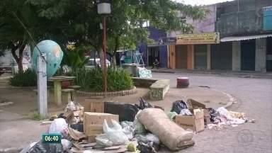 Moradores do Grande Recife denunciam falta de coleta e descarte irregular de lixo nas ruas - Moradores de Olinda afirmam que coletores não entram em alguns becos e ruas e a única alternativa da população é amontoar lixo na rua