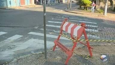 Obras bloqueiam trecho da Rua Onze de Agosto, em Campinas - Felipe Boldrini mostra onde é o trecho com interdição de trânsito de veículos.