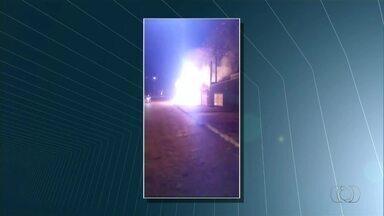 Moradores controlam chamas que quase atingiram fiação elétrica em Palmas - Moradores controlam chamas que quase atingiram fiação elétrica em Palmas