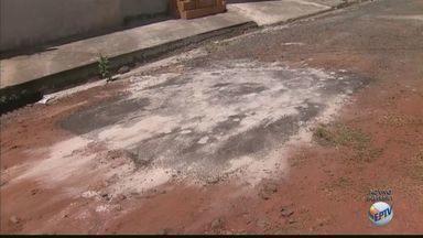 Prefeitura faz recape de um buraco em rua de terra em Araraquara, SP - Obra desnecessária revoltou moradores da região.