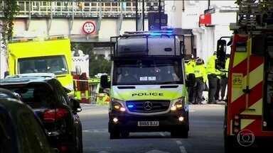 Em Londres, polícia prende segundo suspeito de ataque ao metrô - Os dois suspeitos teriam passado pela tutela de casal que acolhe crianças. Governo britânico baixa nível de alerta de máximo para o segundo mais alto.