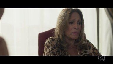 Cora sofre com a morte de Vitor - Amaral avisa que advogado deixou alguns imóveis para a mãe e conta que vai entrar para a política