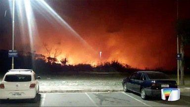 Incêndio atinge área de mata em Pinda - Local fica logo na entrada da cidade.