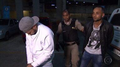 Polícia Militar prende dois homens suspeitos de assaltar pizzaria, em Belo Horizonte - Eles se fingiram ser clientes para render os funcionários.