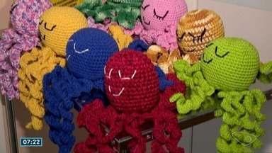 Polvo de crochê é doado para crianças em Utin de Colatina - Bichinho ajuda na recuperação de bebês prematuros.