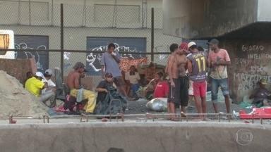 Moradores de rua e usuários de drogas ocupam canteiros da Avenida Brasil - Moradores de rua e usuários de drogas ocupam canteiros da Avenida Brasil
