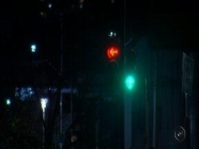 Pesquisa aponta que a maioria dos acidentes de trânsito acontece durante a noite - O motorista que dirige de dia ou a noite precisa ter sempre muita atenção, mas uma pesquisa já mostrou que a maioria dos acidentes acontece quando está escuro.
