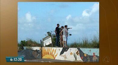 Visitante flagra turistas em área interditada na barreira do Cabo Branco - Imagens foram enviadas para o Bom Dia Paraíba.