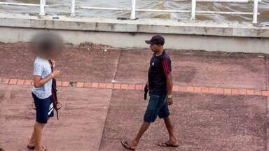 Foto que viralizou na internet mostra homem armado assaltando jovem na orla de Macapá - Polícia informou que não fez a prisão do suspeito, mas que ele já foi identificado.