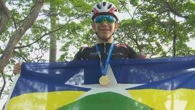 Jovem de Ariquemes conquista medalha de ouro em prova de ciclismo, em Curitiba. - O garoto, de apenas 13 anos, conquistou medalha de ouro numa das três categorias que disputou nos Jogos Escolares da Juventude, em Curitiba.