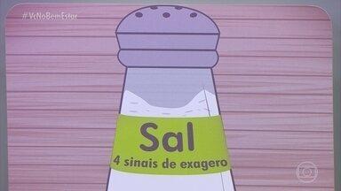 Conheça os quatro sinais de que você está exagerando no sal - Inchaço, pressão alta, sede e ganho de peso, esses são sinais e que está havendo exagero no consumo de sal na alimentação.