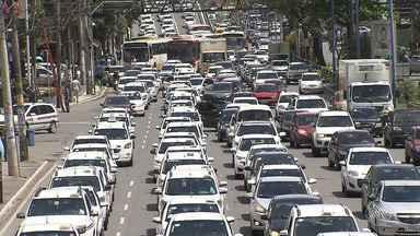 Taxistas protestam contra a liberação de aplicativos de transporte em Salvador - A carreata saiu da região do Iguatemi e segue para o Tribunal de Justiça da Bahia.