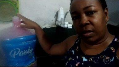 Mais de 26 mil moradores de Guapimirim estão sem água há mais de 10 dias - Moradores mandaram vídeos informando que estão sem água há mais de 10 dias. Prefeitura admitiu que há um problema com a concessionária que presta serviço.