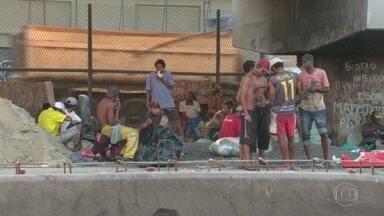 Canteiros de obras da Avenida Brasil viram moradia para usuários de drogas - Usuários de crack circulam pela Avenida Brasil em meio às obras da Transbrasil.
