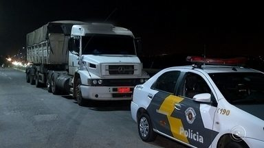 Caminhoneiro é detido após 'furar' mais de mil vezes pedágios na região de Jundiaí - Um caminhoneiro foi detido na noite desta segunda-feira (18), na Rodovia dos Bandeirantes, em Jundiaí (SP), depois de quebrar a cancela de um pedágio para não pagar a tarifa.